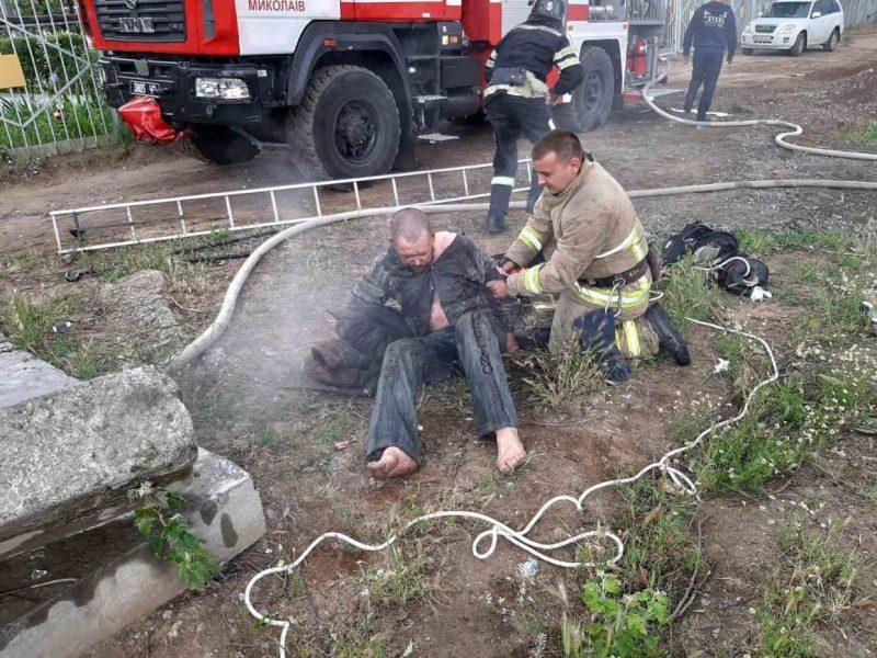 В Николаеве из пожара в коллекторе теплотрассы вытащили и спасли бездомного (ФОТО)