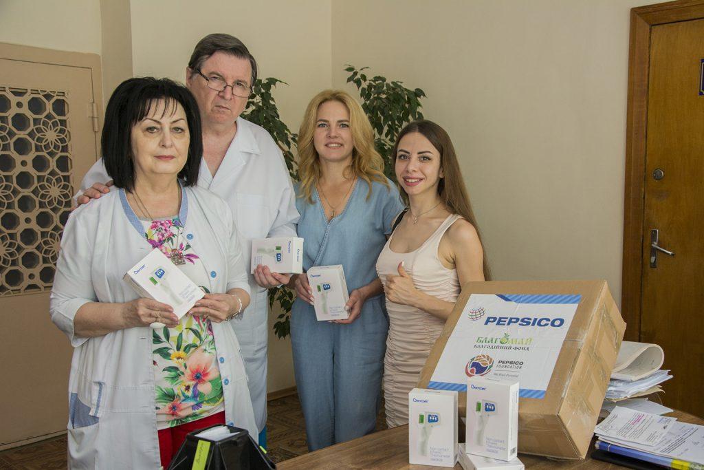 Николаевским врачам передали 40 бесконтактных термометров (ФОТО) 7