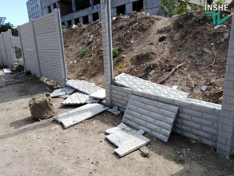 Забор вокруг скандального недостроя на 3-й Слободской в Николаеве проломили в нескольких местах (ФОТО)