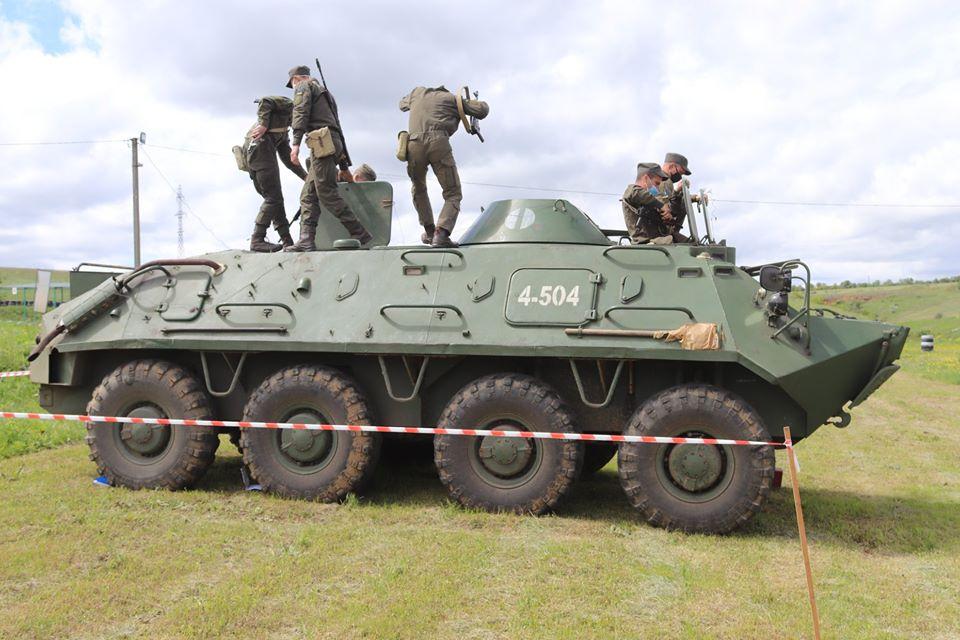 На базе Николаевского полка Нацгвардии начались специальные сборы с экипажами БТР Южного ОТО (ФОТО) 11