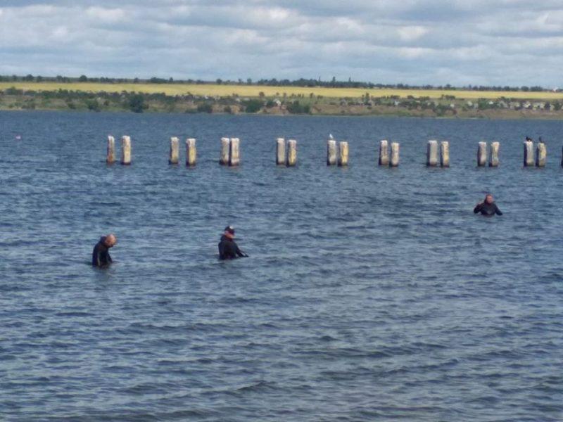 На пляже «Чайка» в Корабельном районе спасатели обследовали дно и устранили препятствия (ФОТО)