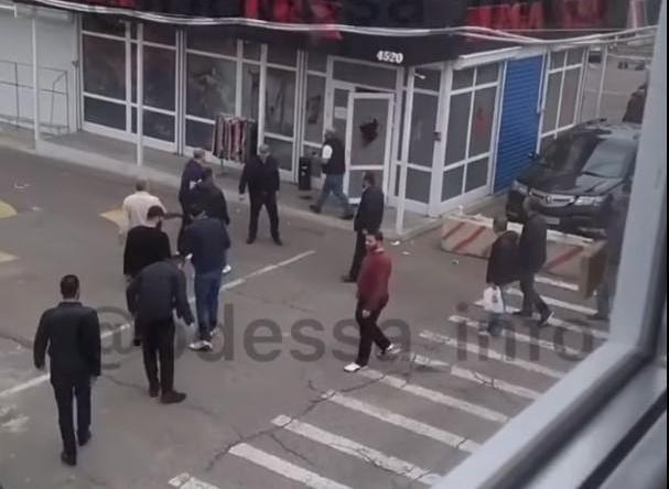 На рынке в Одессе произошла стрельба, двое человек ранены (ВИДЕО)