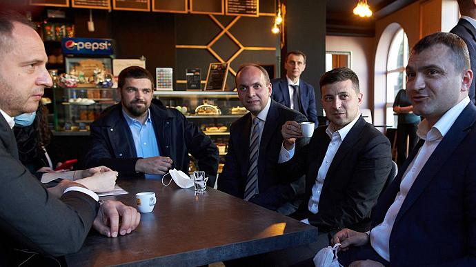 КС просят разъяснить, можно ли наказать Зеленского за кофе во время карантина
