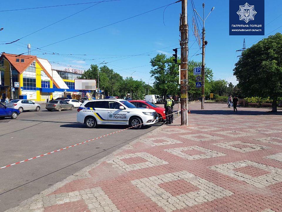 Патрульные «гоняют» водителей, которые паркуются на площади у Николаевского зоопарка