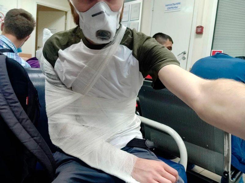 В России полицейский сломал руку журналисту, который освещал голосование по поправкам в Конституцию