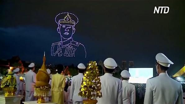 500 дронов устроили световое шоу в честь дня рождения короля Таиланда (ВИДЕО)
