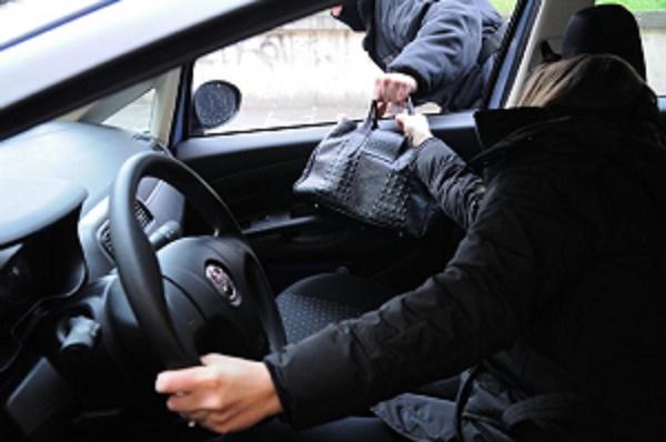 Не окончательно очерствели: в Италии воры вернули украденную сумку, увидев внутри деньги, собранные для матери-одиночки