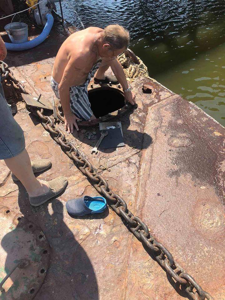 Подтопленный понтон пешеходного моста в Николаеве починили - установили латку и откачали воду (ФОТО) 1