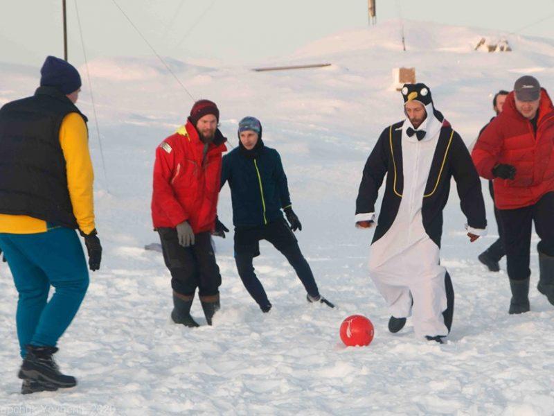 В Антарктиде украинские полярники сыграли в футбол со сборными Франции, Норвегии и Бразилии (ФОТО)