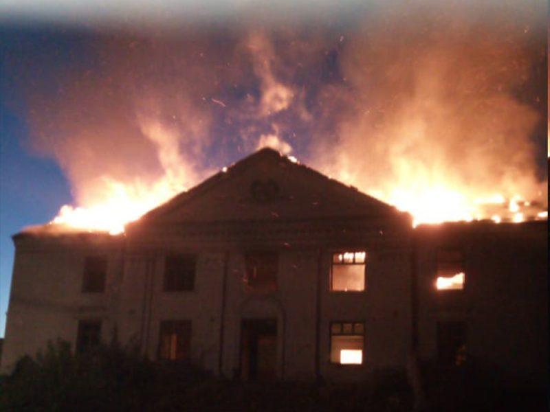 На Николаевщине спасатели тушили заброшенный дом культуры (ФОТО)