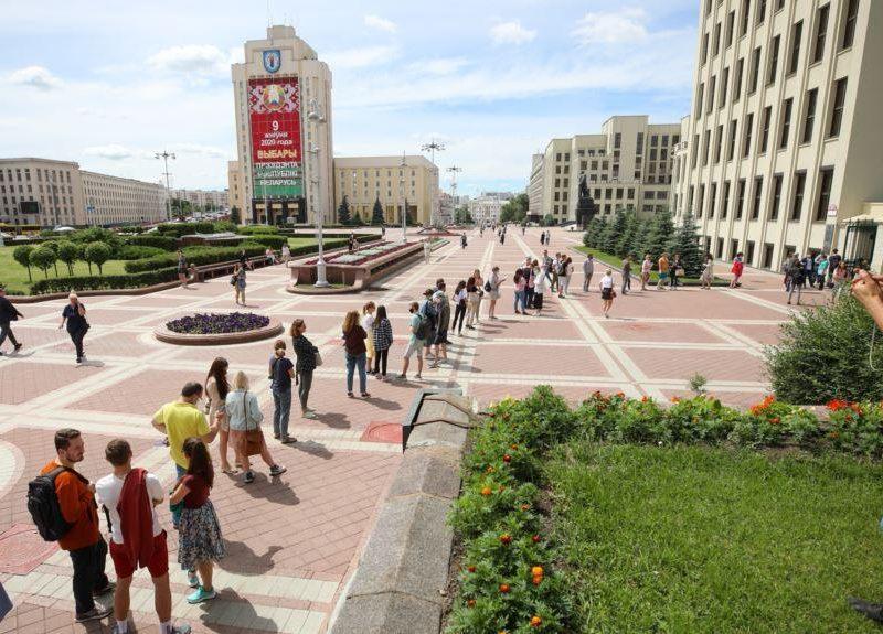 Белорусы стали в очередь, чтоб пожаловаться на отказ ЦИК регистрировать соперников Лукашенко