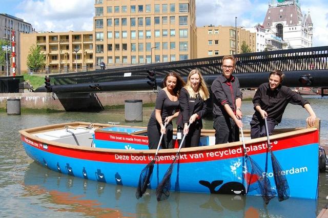 """В Амстердаме экологи пытаются ввести в моду """"рыбалку пластика"""" на каналах (ВИДЕО)"""