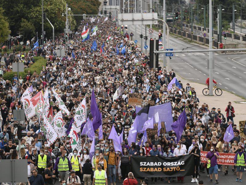 В Будапеште тысячи венгров вышли на акцию за свободу прессы
