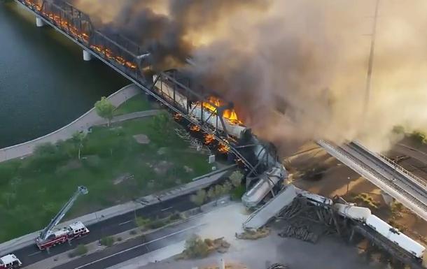 В США цистерны с токсичным грузом упали с моста (ВИДЕО)