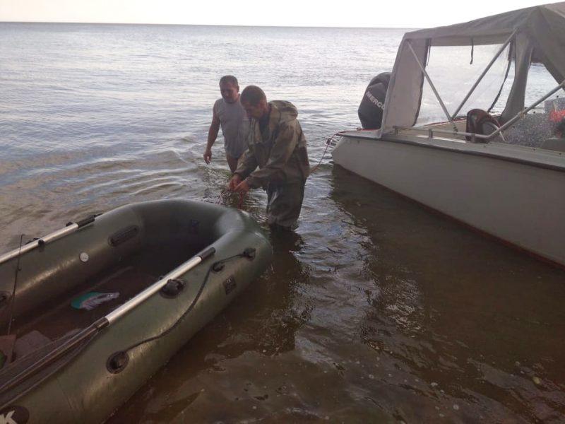На Николаевщине спасли двух рыбаков, которых во время бури на резиновой лодке унесло в открытое море (ФОТО)