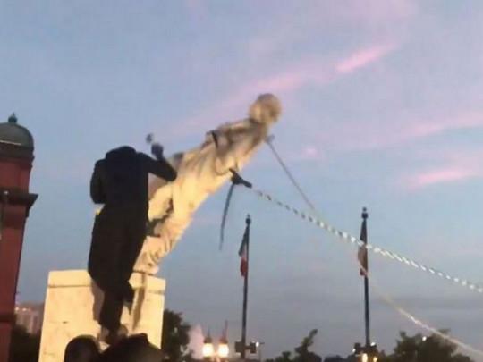 В США снесли еще один памятник Колумбу (ВИДЕО)