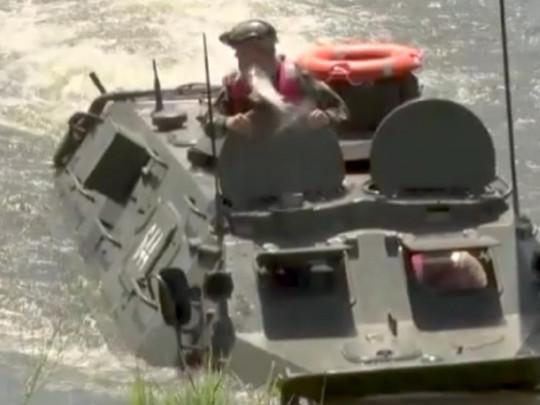 Молдавский министр обороны, сидя в БТР, получил удар по лицу от крупной рыбы (ВИДЕО)