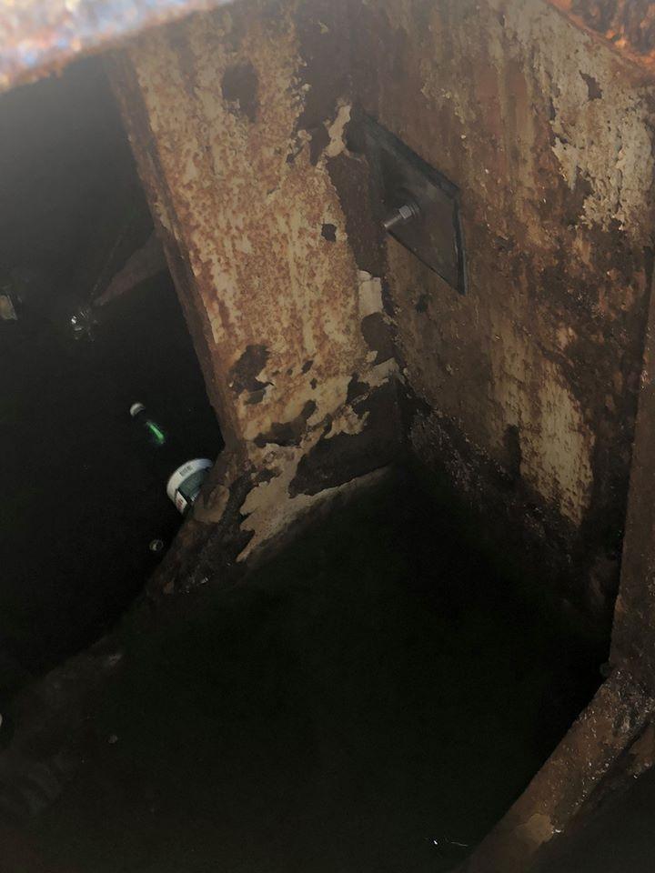 Подтопленный понтон пешеходного моста в Николаеве починили - установили латку и откачали воду (ФОТО) 7