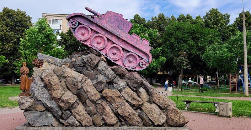 Памятник советскому военачальнику в Ровно покрасили в розовый цвет (ФОТО)