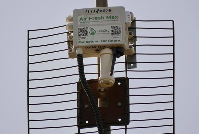 В Николаеве на ул.Железнодорожной, жители которой страдают от засилья фур, установили устройства для мониторинга воздуха (ФОТО)