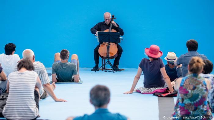 В Германии виолончелист дал концерт на дне бассейна (ФОТО)