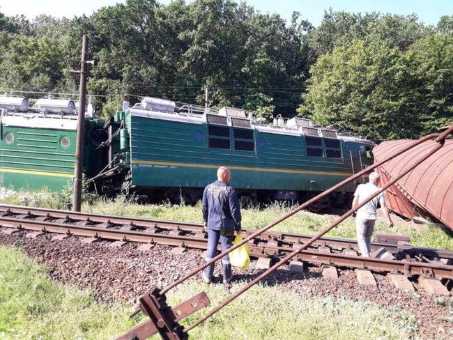 В Кировоградской области поезд самовольно сошел с рельсов (ФОТО)