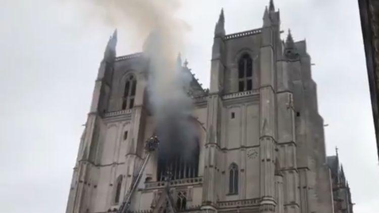 """Власти Франции рассматривают пожар в Нантском соборе как """"преступное деяние"""""""