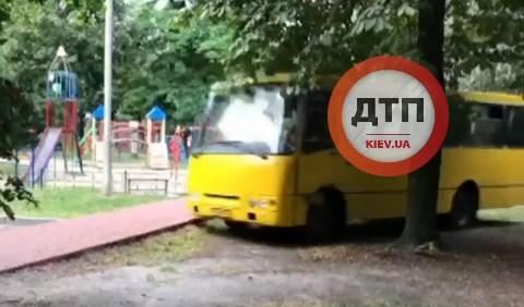Двое парней угнали маршрутку и катались по Киеву, совершая опасные маневры (ВИДЕО)