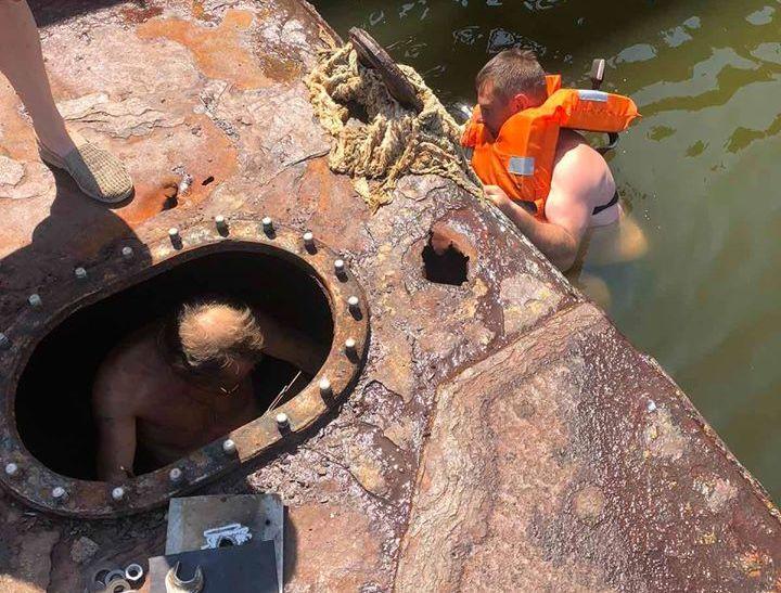 Подтопленный понтон пешеходного моста в Николаеве починили – установили латку и откачали воду (ФОТО)