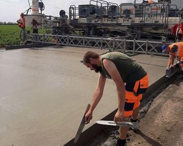 На автодороге Н-14 Александровка-Кропивницкий-Николаев слой тяжелого бетона уложен на 15 км (ФОТО)