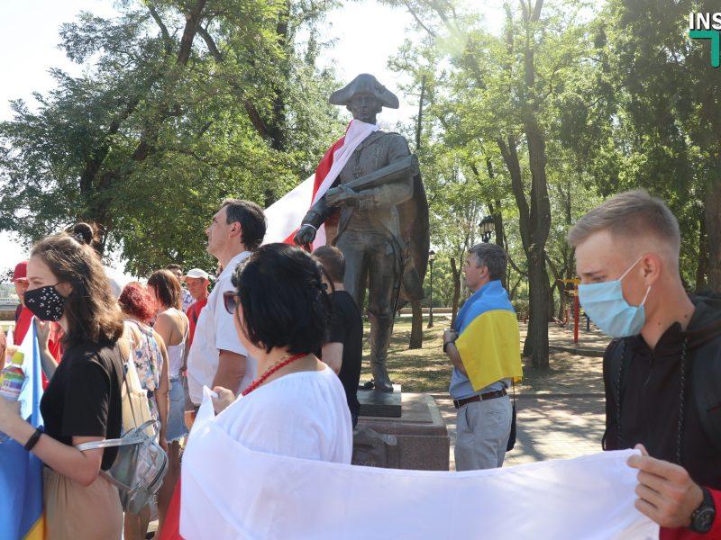 ОБНОВЛЕНО. Николаевцы поддержали белорусских демонстрантов и одели памятник Фалееву в бело-красно-белый флаг (ФОТО, ВИДЕО)