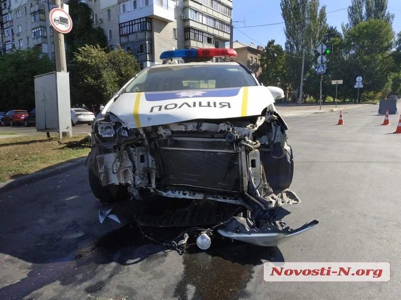 В Николаеве патрульный автомобиль полиции врезался в Fiat