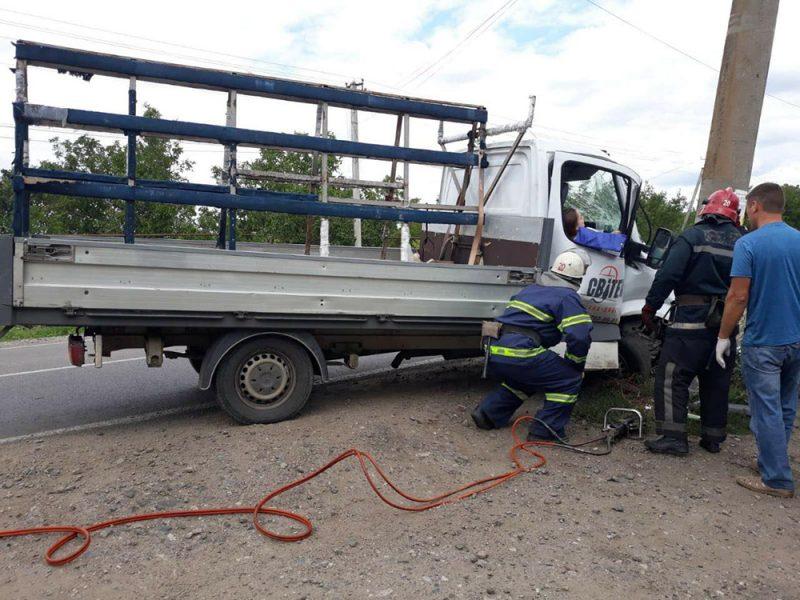 В Новом Буге водитель грузовика врезался в электроопору, пострадала девушка (ФОТО)