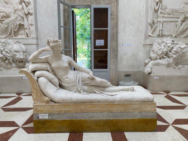 Мужчина сломал пальцы скульптуре при попытке сделать селфи в итальянском музее