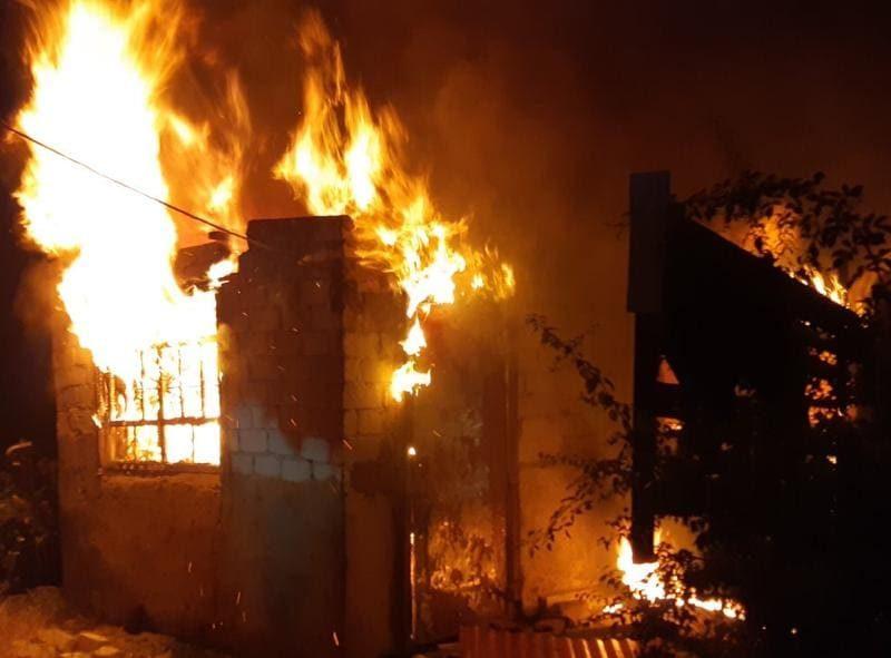 Полиция и спасатели устанавливают причину пожара жилого дома в Корабельном районе (ФОТО)