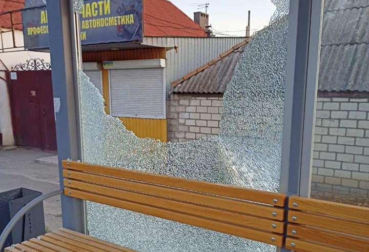 Вандалы разбили новую остановку в Центральном районе Николаева (ФОТО)