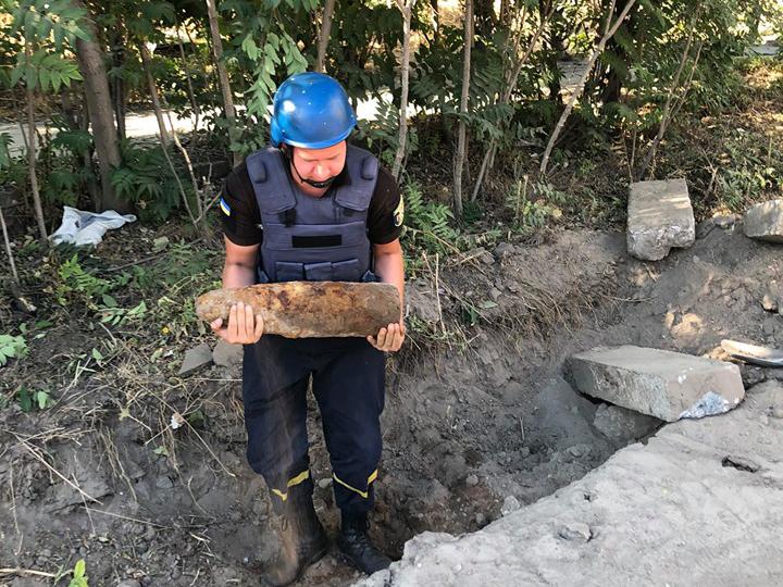 Дорожники обнаружили артиллерийский снаряд на углу Крылова и Индустриальной (ФОТО)