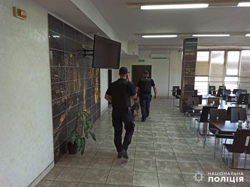 """В Николаеве сообщили о заминировании терминала """"Ника-Тера"""" – полиция ищет и бомбы, и злоумышленника"""