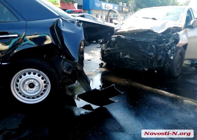 В Николаеве Hyundai на высокой скорости таранил Mercedes: водитель в больнице
