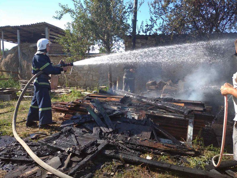Веранда, хозпостройки, солома и дрова – что за сутки тушили николаевские спасатели (ФОТО)