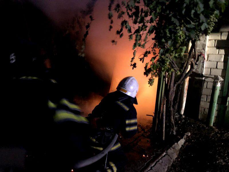 В Николаеве ночью сгорел гараж с «четверкой» внутри (ФОТО)
