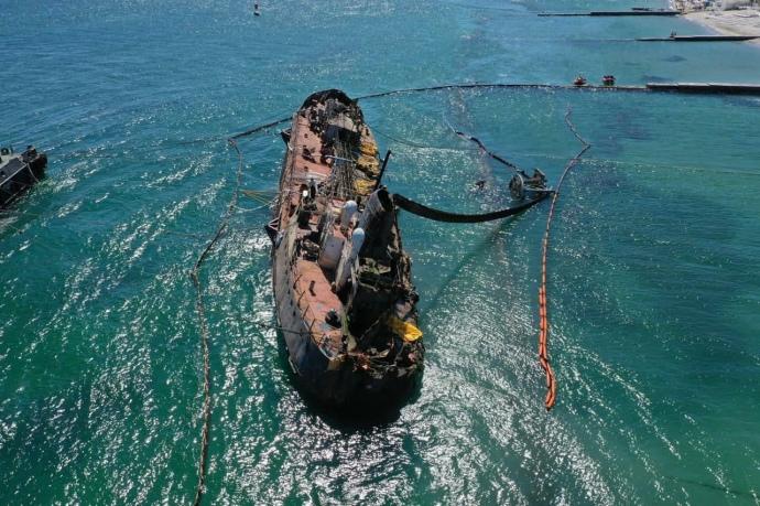 Почти через год после аварии затонувший танкер «Делфи» выровняли