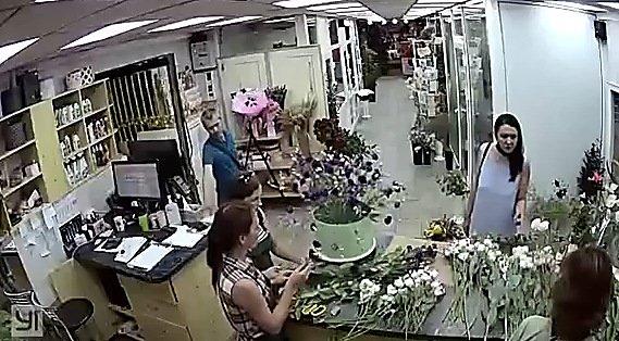 Дерзкая кража мобильного телефона в цветочном магазине Николаева попала на ВИДЕО