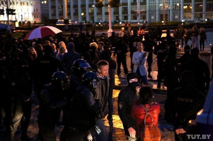 ОМОН в Минске разогнал митинг, часть людей закрыли в костеле (ФОТО, ВИДЕО)