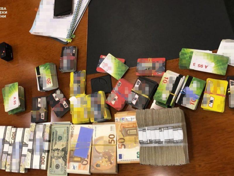 СБУ нашла пачки денег в холодильнике у менеджера Укрзализныци (ФОТО)