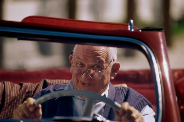 Машины пожилых водителей в Испании хотят пометить буквой «М»