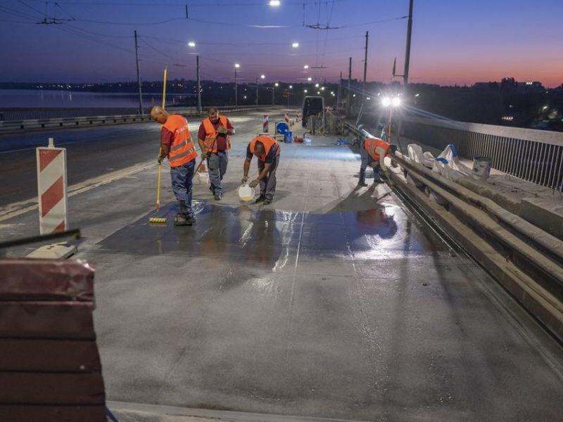 Ремонт покрытия Ингульского моста в Николаеве: чистка пескоструйкой и нанесение первого слоя грунтовки (ФОТО)