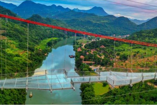 Очень высоко и минималистично: в Китае открыли самый длинный в мире стеклянный мост (ВИДЕО)