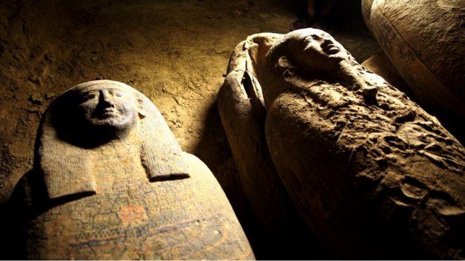 Египетские археологи откопали сразу 27 древних саркофагов