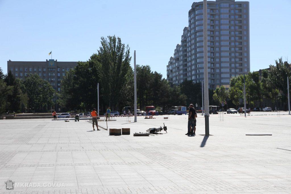 На Соборной площади установили 16-метровые опоры освещения и готовятся к укладке светодиодной брусчатки (ФОТО) 7